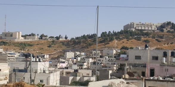 حي من العيساوية وتظهر في أعلى الصورة الجامعة العبرية ومعسكر للجيش، تصوير أحمد عز الدين، ٢٠٢٠ أسعد