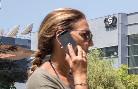 امرأة قرب مبنى شركة (NSO)، 2016، أ.ف.ب