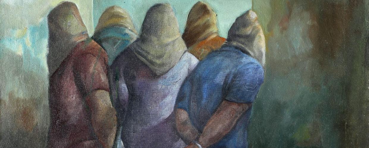 """الصورة: لوحة للفنان سليمان منصور بعنوان """"غرفة التحقيق""""، ١٩٨٢، زيت على قماش."""